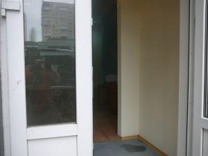 даже с улицы сквозь двери видно кофеварку
