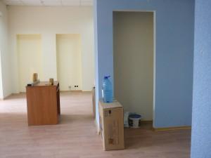 вид справа, от офиса. видно нишу под мойку в колонне