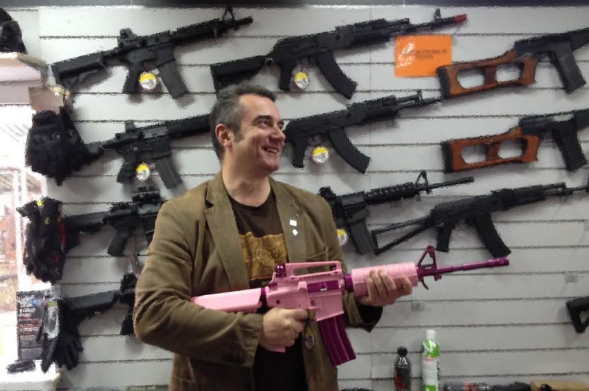 Сергей Дорохов розовая штурмовая винтовка М4